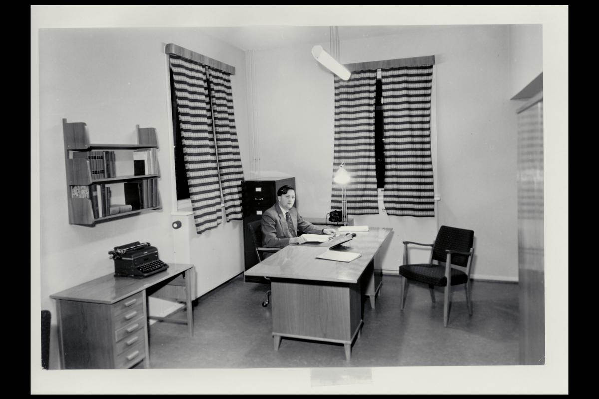 interiør, postkontor, 6600 Sunndalsøra, kontor, skrivemaskin, mann