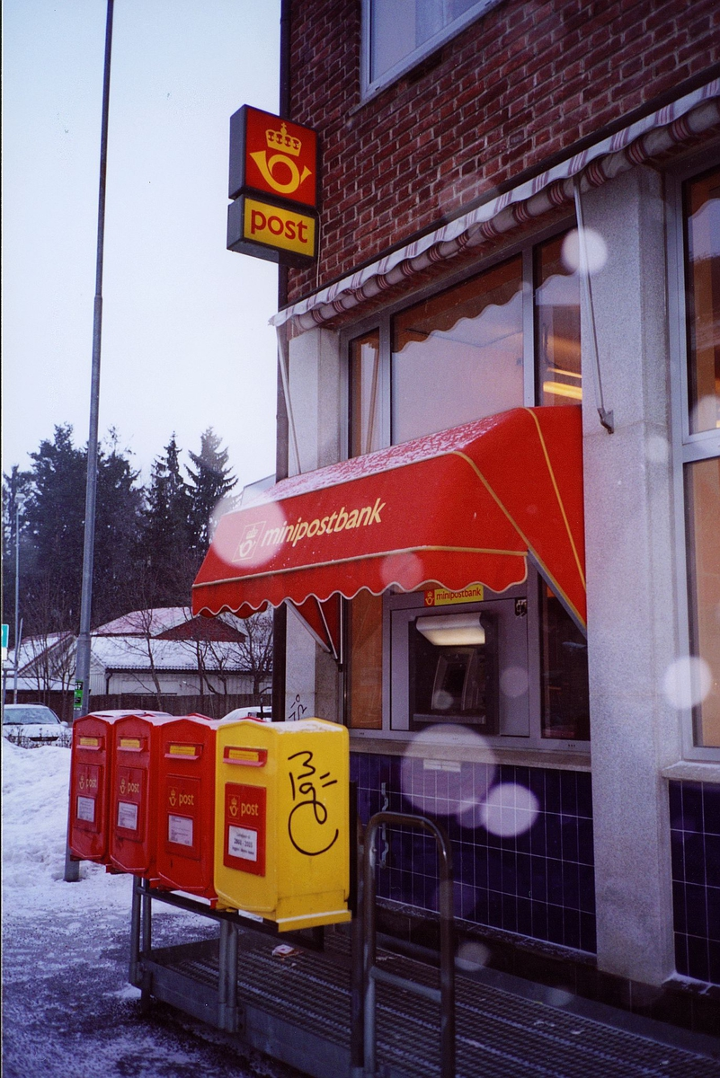 eksteriør, postkontor, 2000 Lillestrøm, fire postkasser, minibank, minipostbank, postskilt, postlogo