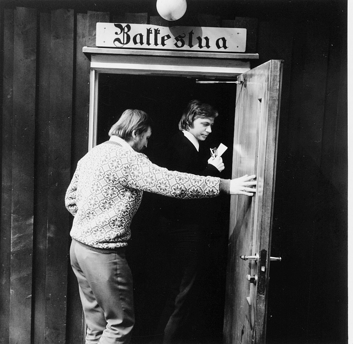 postskolen, Sjøstrand bad, 2 menn, inngangspartiet til kaffestua