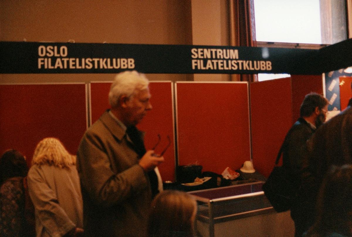 frimerkets dag, Oslo Rådhus, stands for Oslo Filatelistklubb og Sentrum Filatelistklubb, menn, kvinner