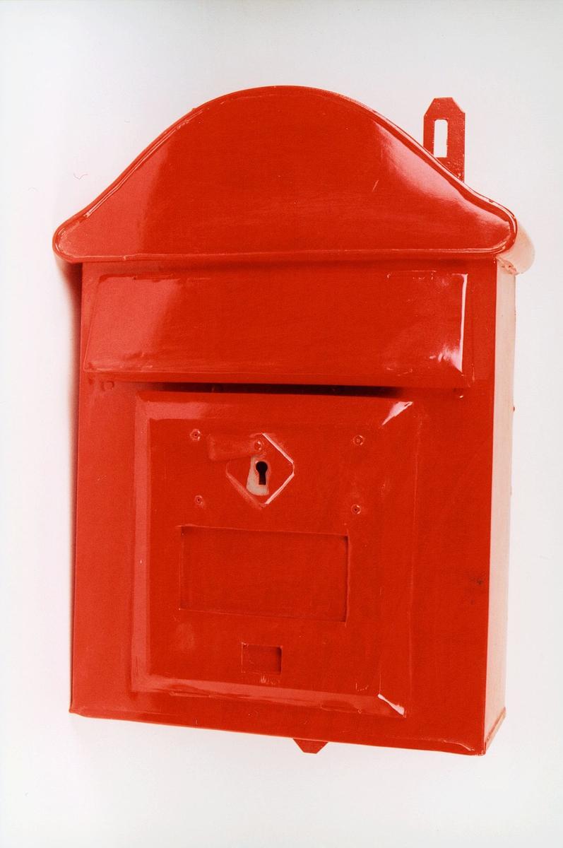 Postmuseet, gjenstander, postkasse, brevkasse, nøkkelhull, med plakat og vindu for tømmetider, kassen er ubrukt, fra før 1956.
