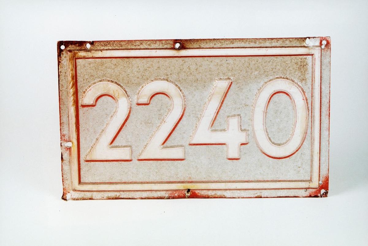 Postmuseet, gjenstander, skilt, stedskilt, nummerskilt, 2240 (Magnor).