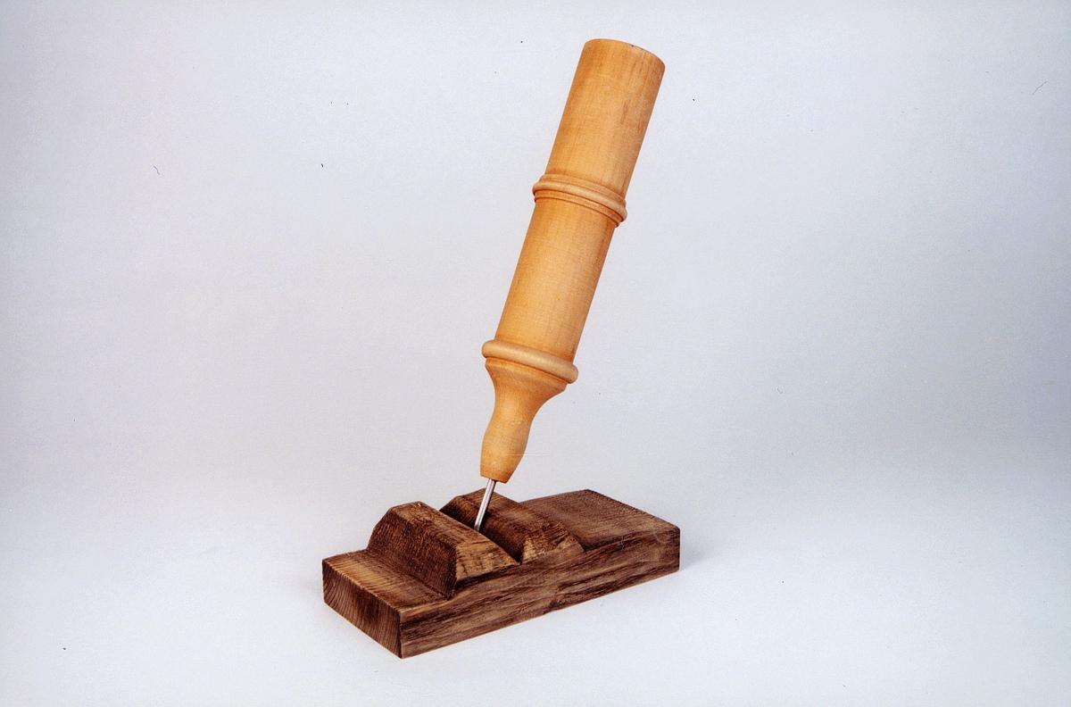 Postmuseet, gjenstander, budstikke, sylinderformet, liten modell, står på en tresokkel.