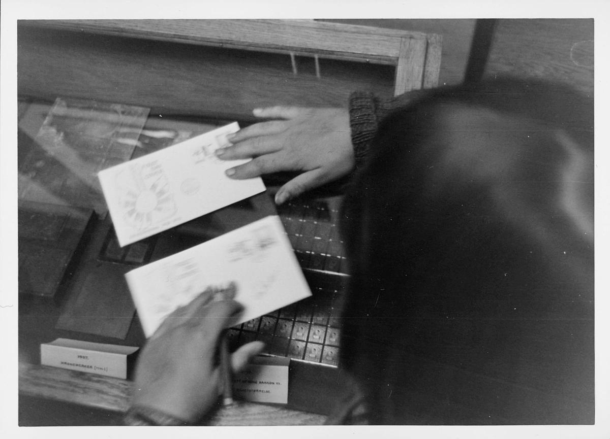 markedsseksjonen, Frimerkets dag '75, Det norske Postmannslag, Østenfjellske krets, 9. oktober, kunstner, Nina Davidsen signerer FDC