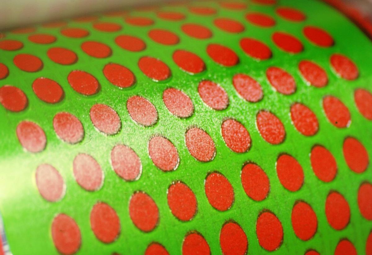 frimerketrykking, Norges bank Seddeltrykkeriet, rotasjonspresse, Goebel frimerkerotasjon, frimerker i produksjon, sjablongvalse med grønn farge, nærbilde