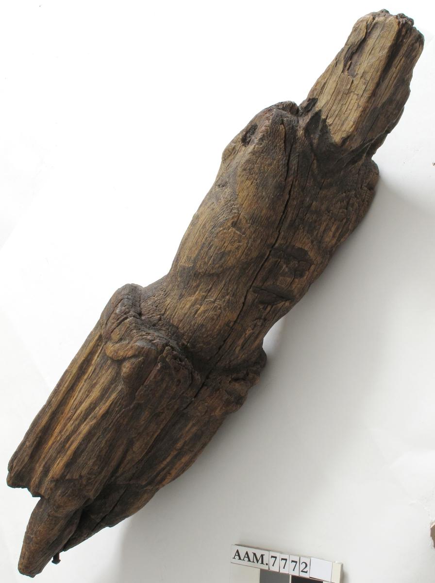 Den korsfestede Kristus, skåret ut av en trestokk. Armene har væart tappet inn. Har vært festet til et kors.