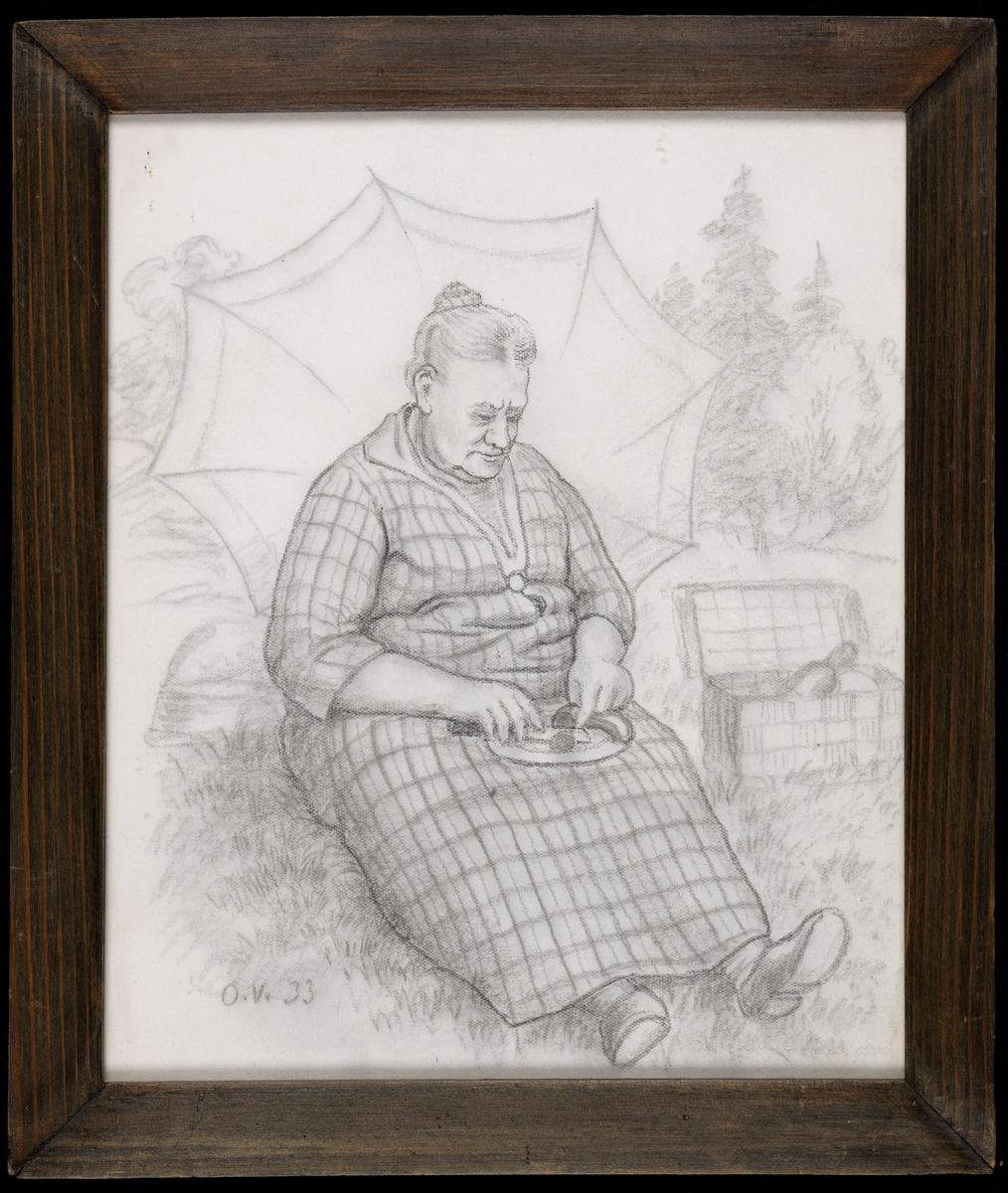 Eldre kv., sittende i gresset, høyrev., tallerken på fanget, parasoll bak