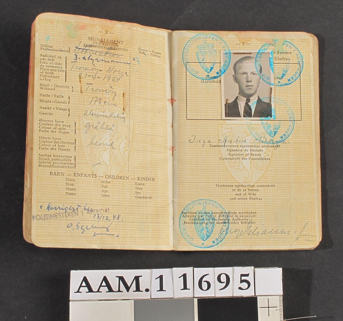 Reisepass, for Inge Berge  1945. Rødt omslag.  15,5 x 10,2.  Norsk reisepass, utstedt i Arendal 1945..
