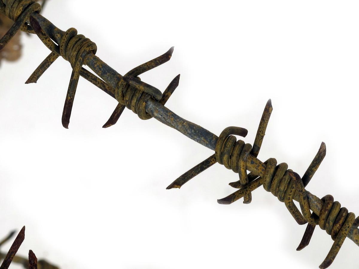 Piggtråd,   Jerntråd, en kveil, med gulmaling på,  endel rusten