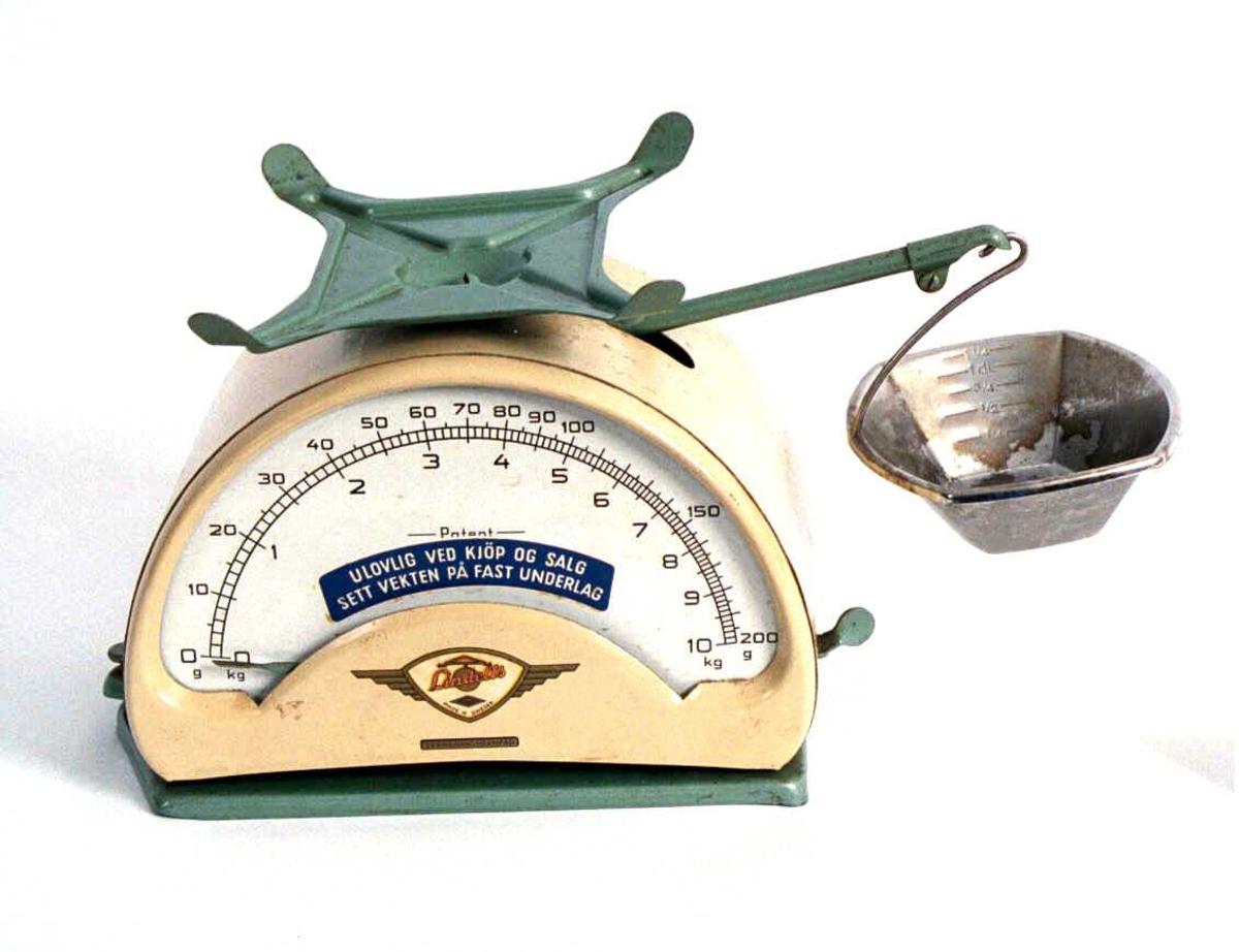Stabil  kjøkkenvekt med  to skåler og to skalaer.