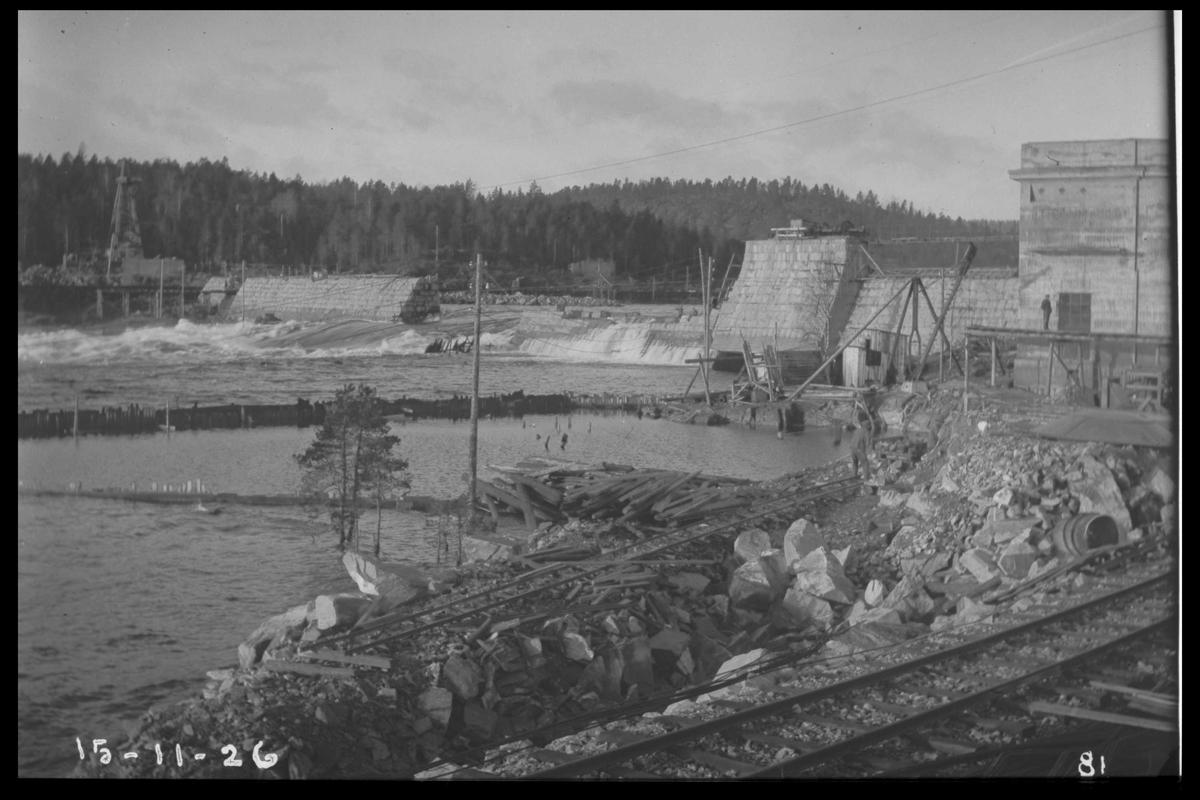 Arendal Fossekompani i begynnelsen av 1900-tallet CD merket 0010, Bilde: 32 Sted: Flatenfoss i 1926 Beskrivelse: Utbygging av kraftstasjonen