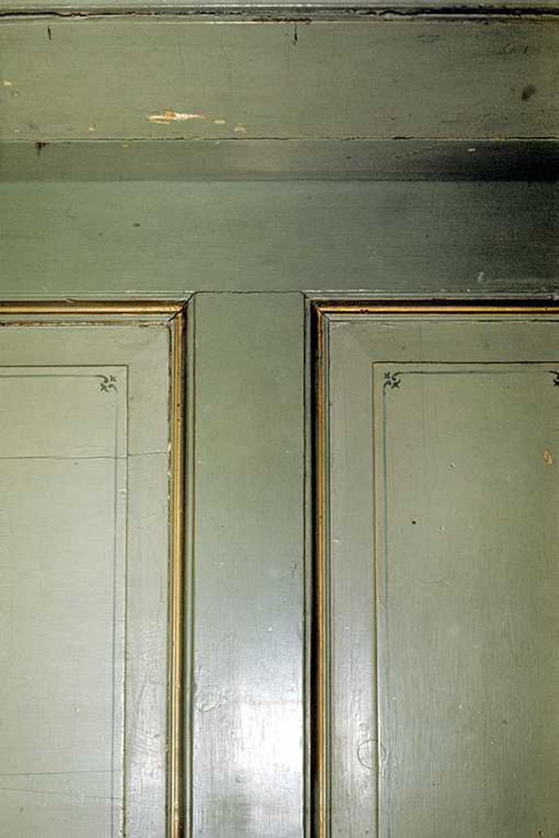 Interiør fra Tyholmen. Fylling med malte dekorasjoner.