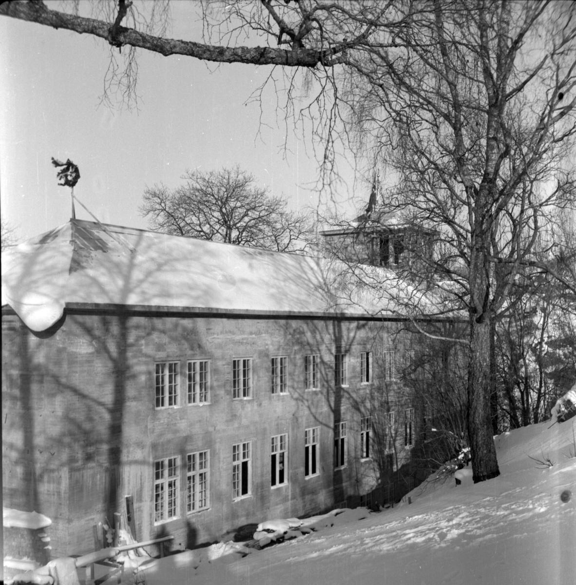 Aust-Agder-Museets første byggetrinn  på Langsæ. Kranselag. Vinter med snøl.