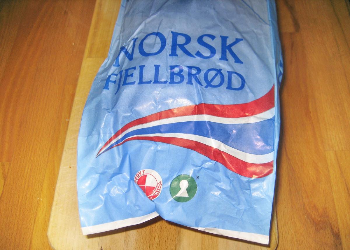 Motivet på brødposen er en skiløper som står nedover en fjellside. Han har på seg skijakke, en liten rygsekk og skibrille. Bak skiløperen ser man et kneisende fjell. Det norske flaggets farger rød, hvit og blått er lagt i en bølgende bevegelse under skiløperen.