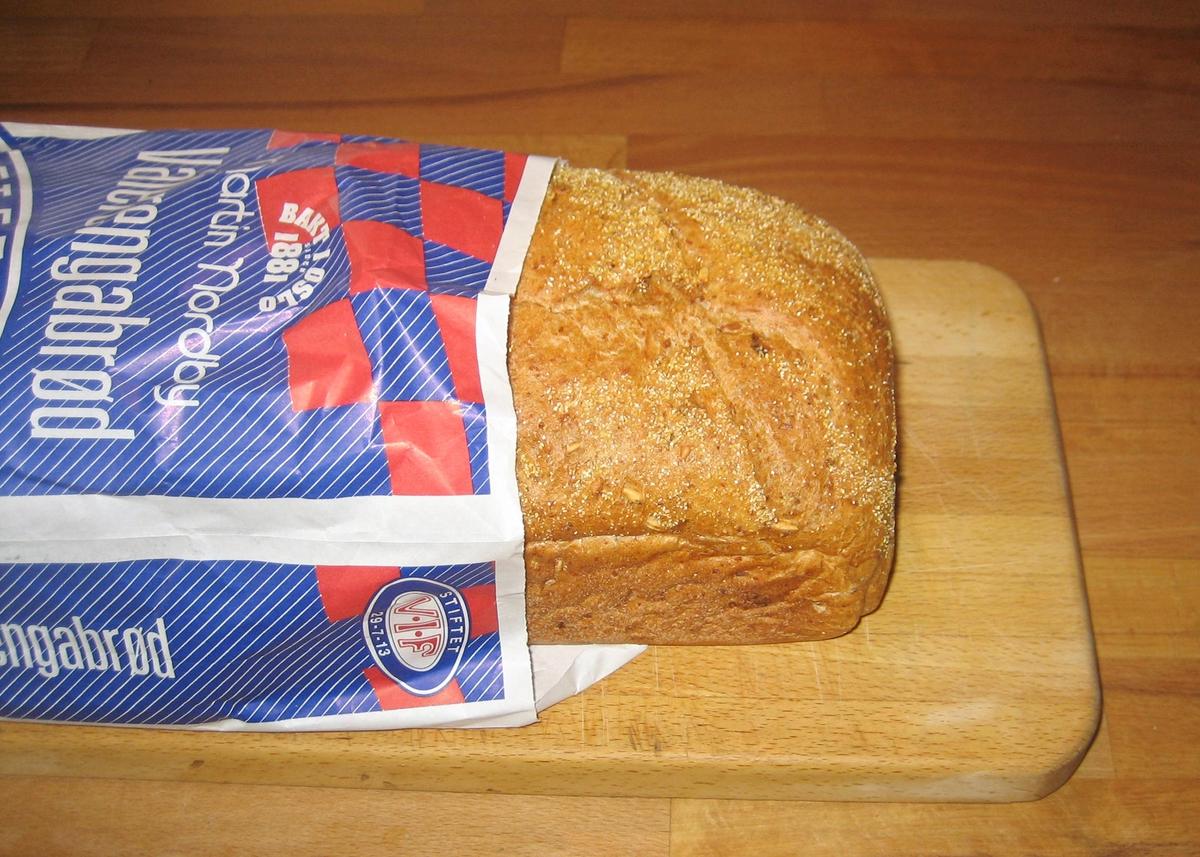 På brødposens forside er det en fotballspiller i blå/hvite nuanser som spiller med en rød/hvit ball. Logoen til Vålerenga er midt på brødposens forside. Øverst på forsiden finnes et rutete mønster med fargene blå, rød, hvit, som er VIFs farger.