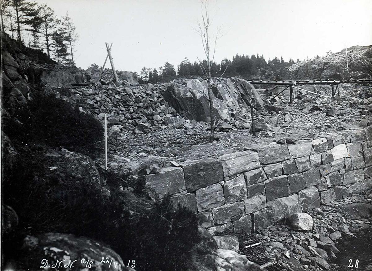 """""""22/04-1913"""" Nitriden. Planering tomt. Mur mot sjøen ved materiallageret."""