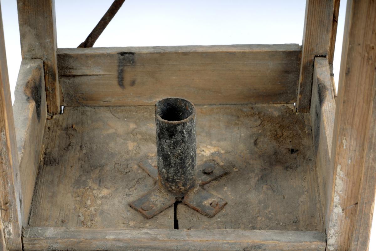 På den fjerde veggen dør av jernblikk, festet med kastekrok. Sirkulært hull i lokket. C-formet håndtak. Lysholder med sliss i bunnen. Gammelt nr. 110