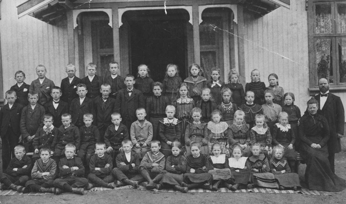 Elever utenfor Mørk skole 1901