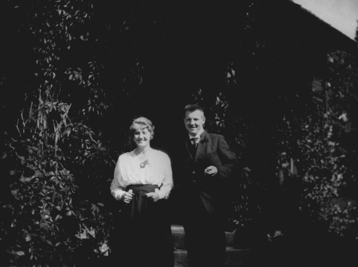 """"""" Sen septemberdag 1919 """", ett par i en frodig hage"""