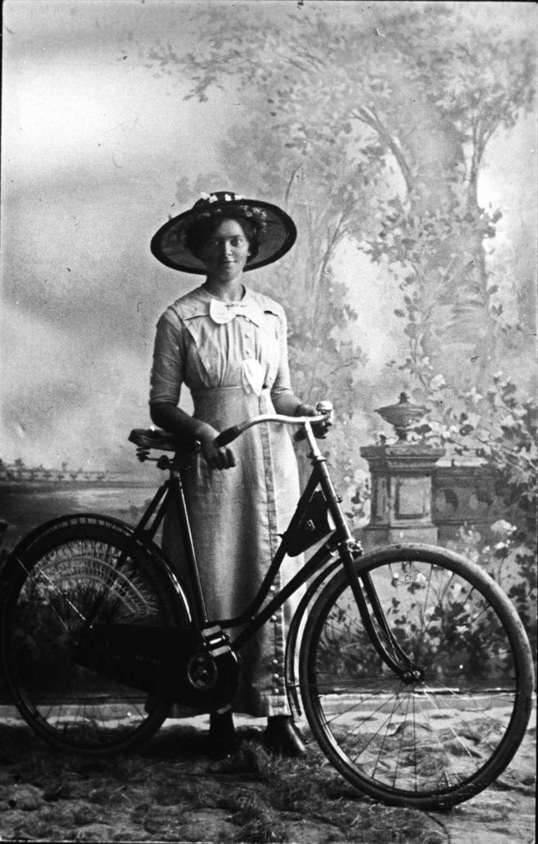 Ung kvinne med sykkel.