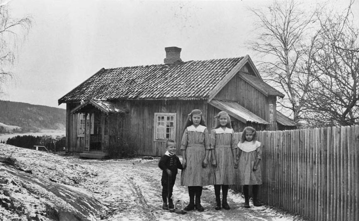 Stua i Ner - Svendsrud. Fire barn ved gjerdet.