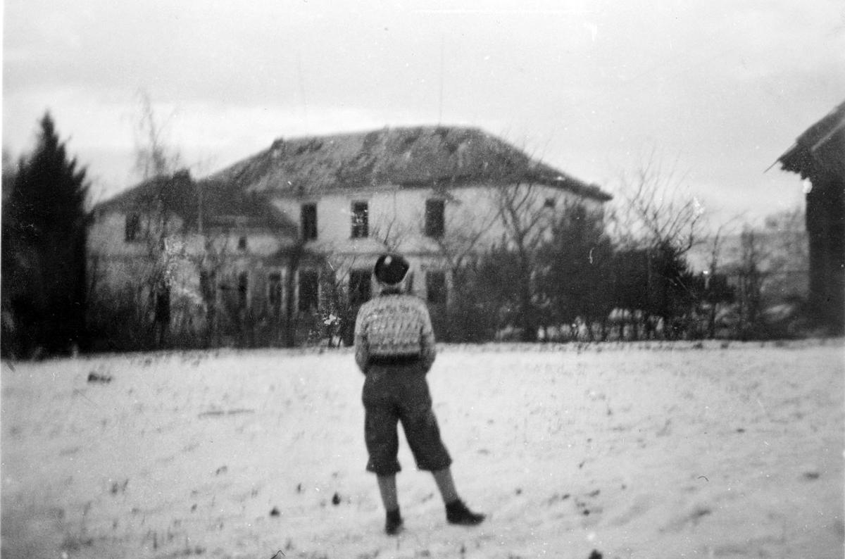 Sorenskrivergården i ruiner etter flyangrep under krigen.