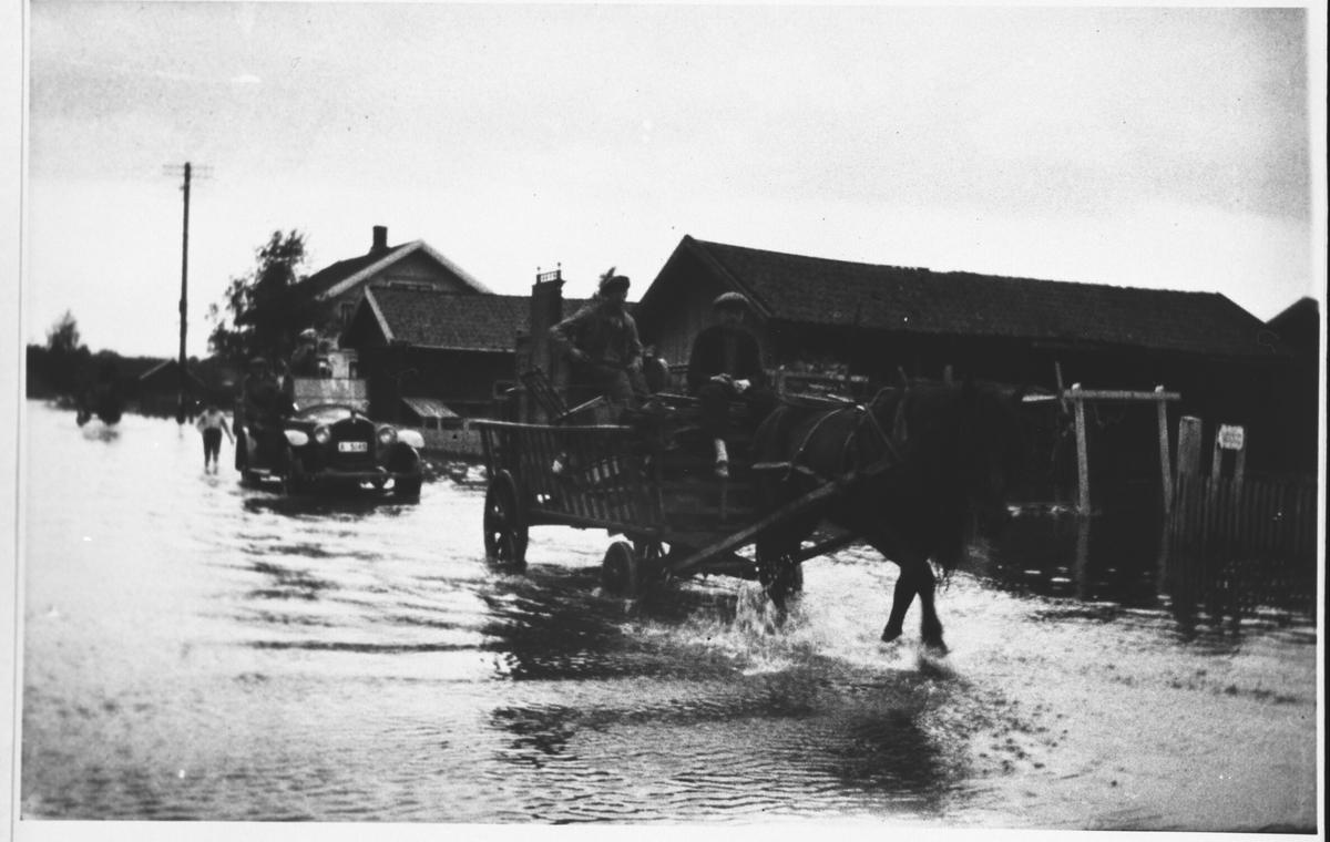 Fra flommen i 1927. Hestekjøretøy og bil i Strømsveien.