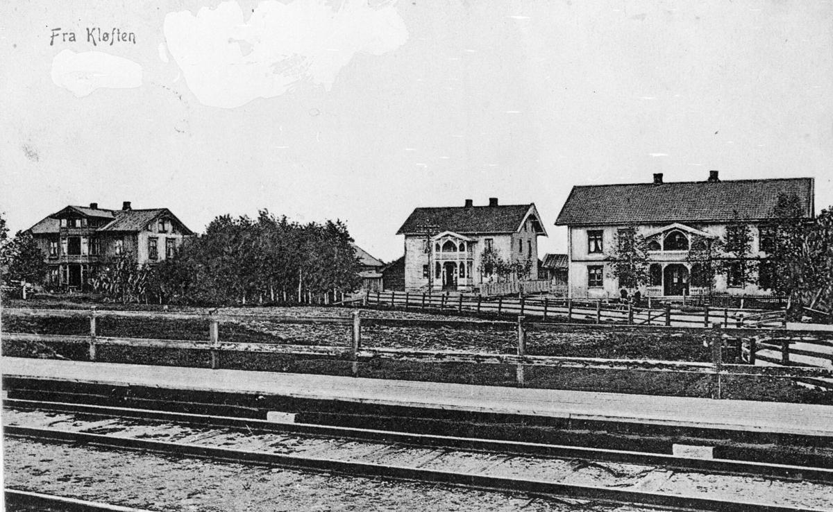 Jernbanespor, hus i bakgrunnen. Kløfta.