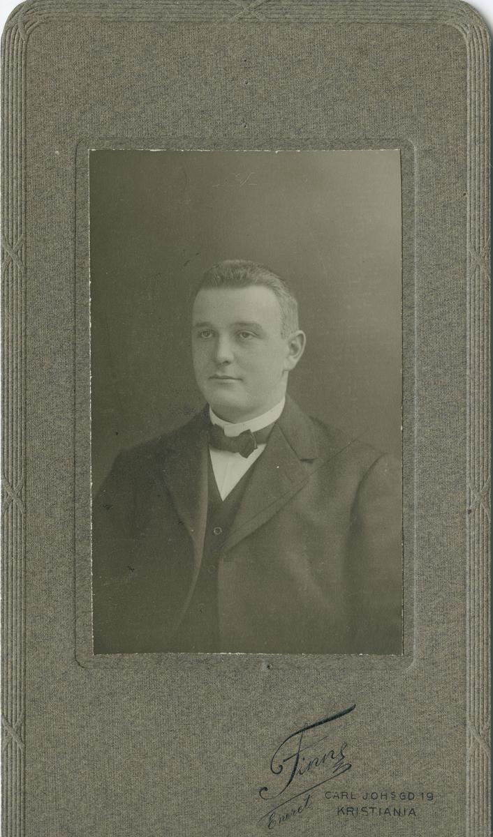 Portertt av mann tatt hos fotograf Finne.