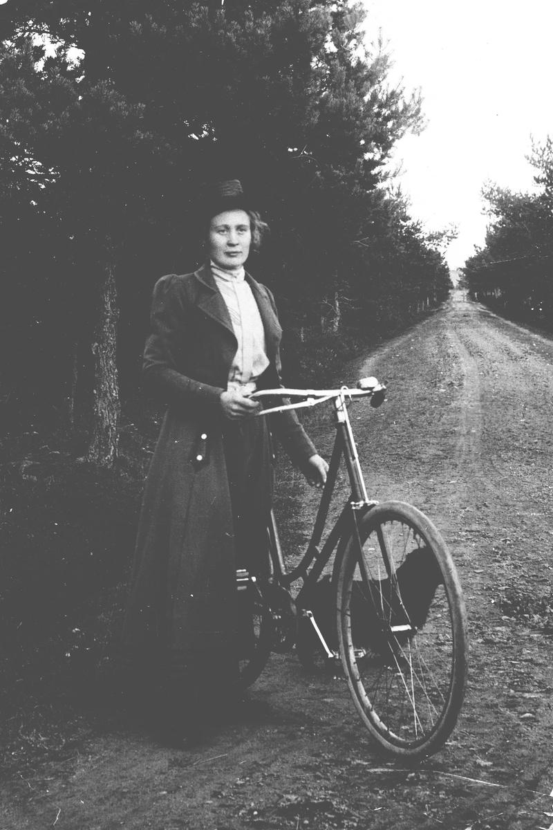 Dame med sykkel, Oline Rotnes