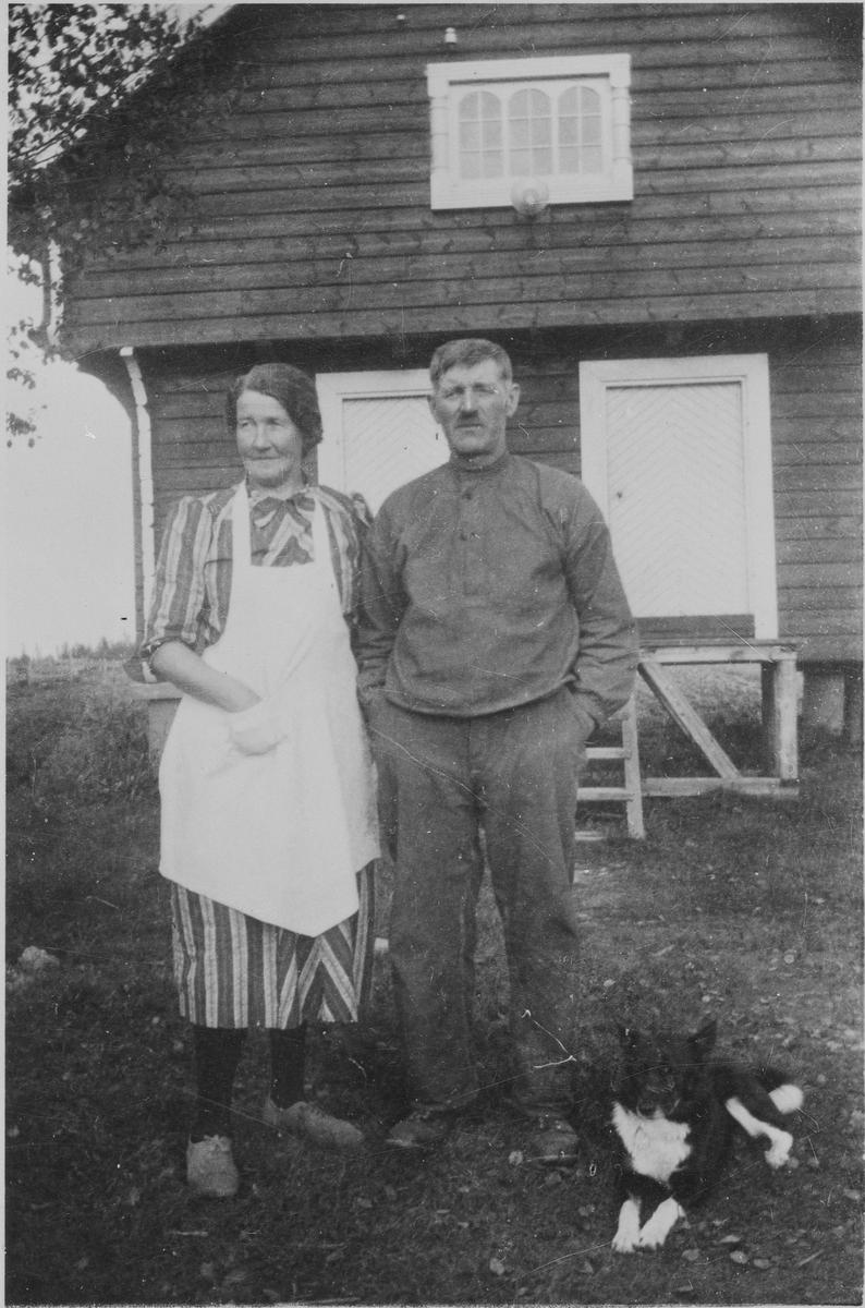 Anna Helene og Adolf Mellem utenfor stabburet.