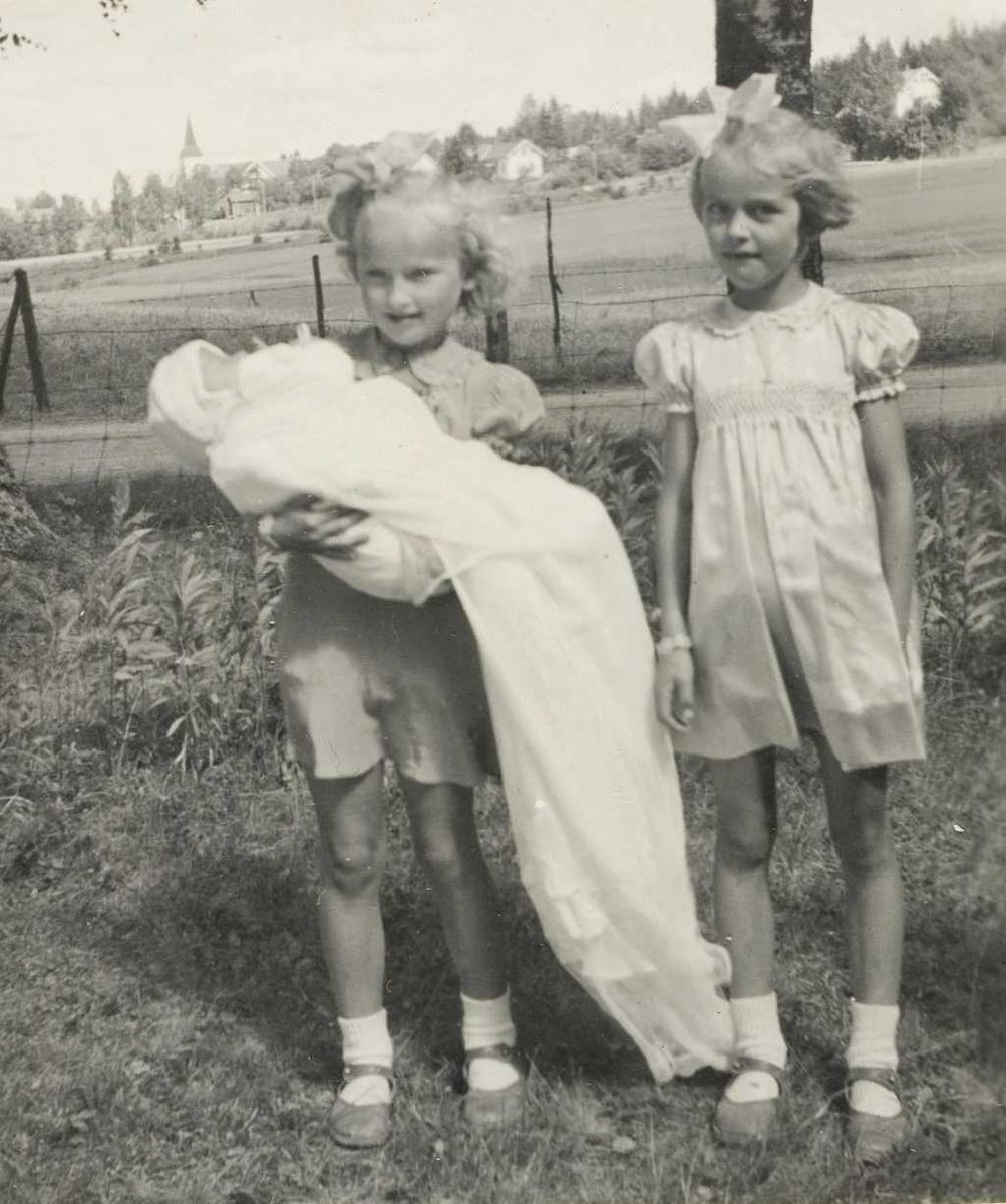 Stolte søstre med lillebror som dåpsbarn i 1947