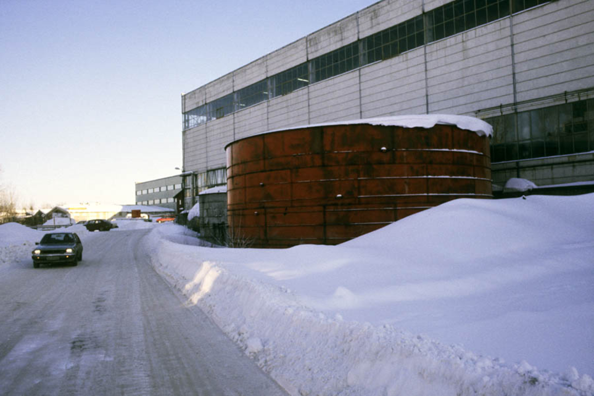 Strømmen Staal under ombygging til Strømmen Storsenter. Støpehall med tank utenfor, vinter eksteriør