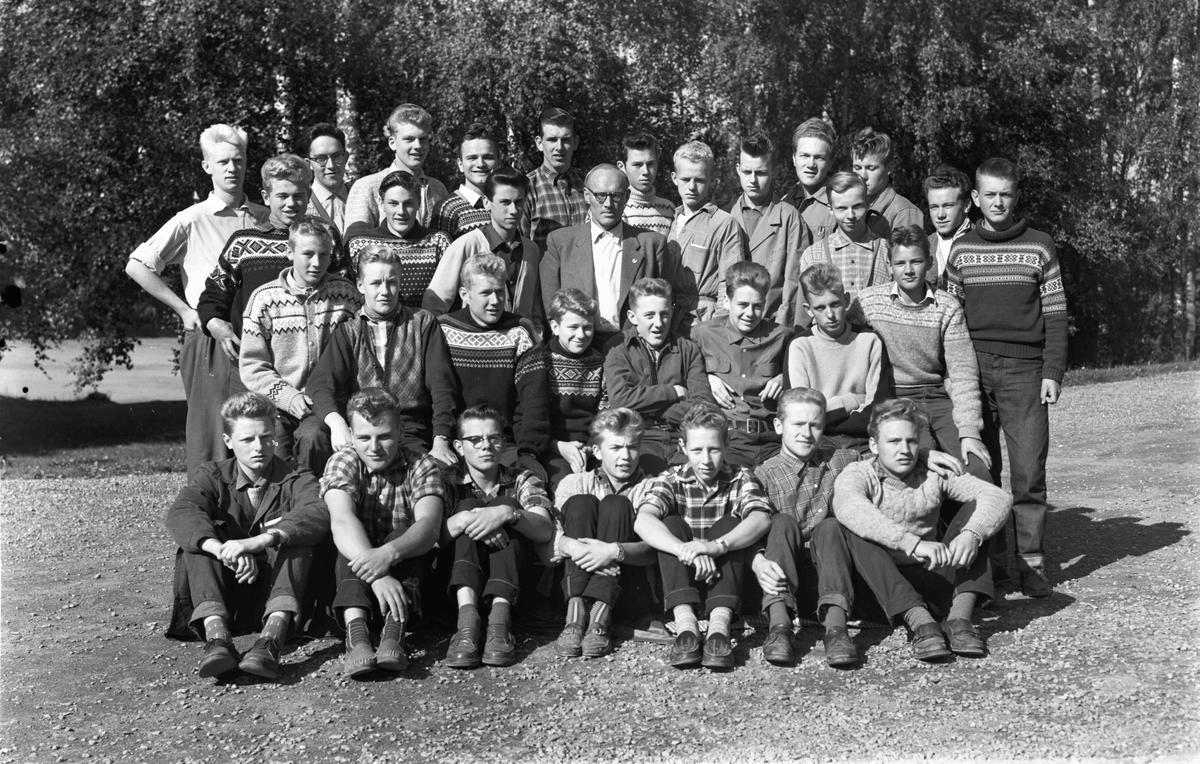 Klassebilde fra Eidsvoll gymnas med Løwe Stokke.