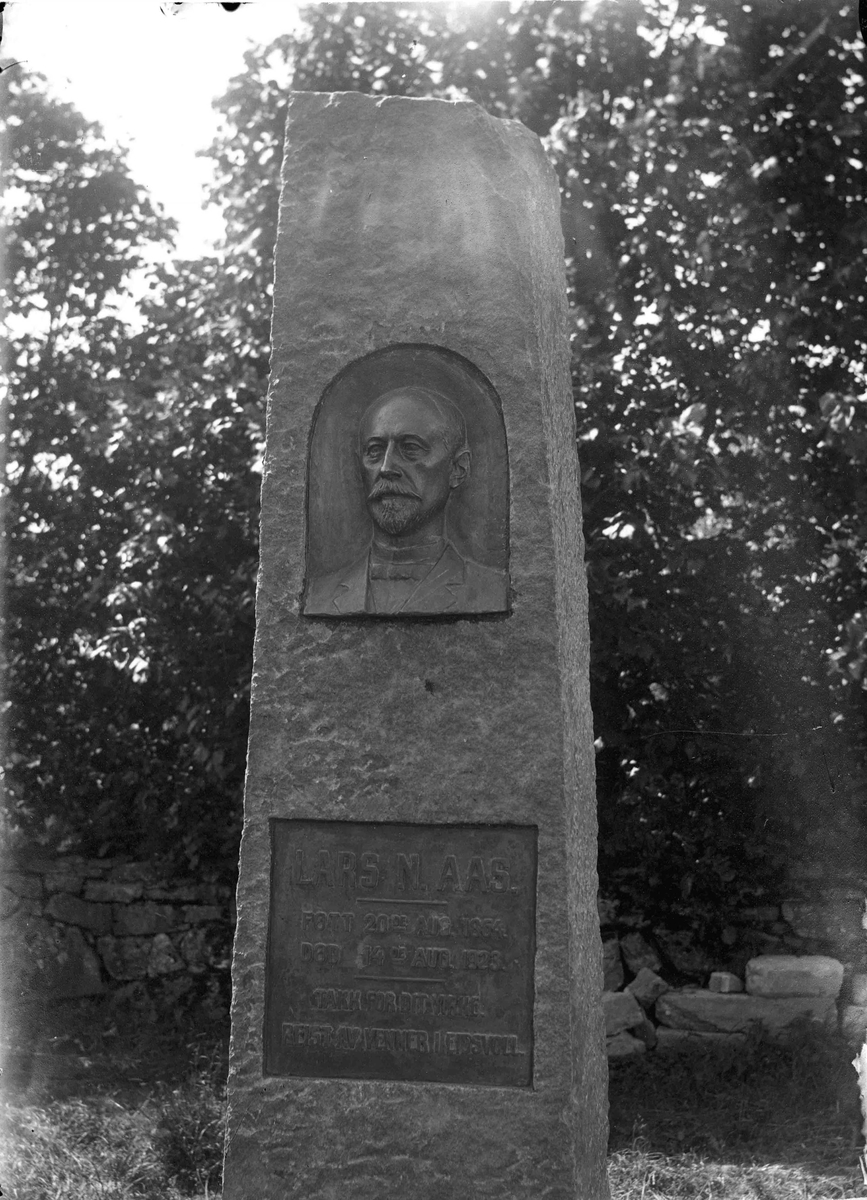 Lars N Aas, gravstein med portrett. Minnemarkering.