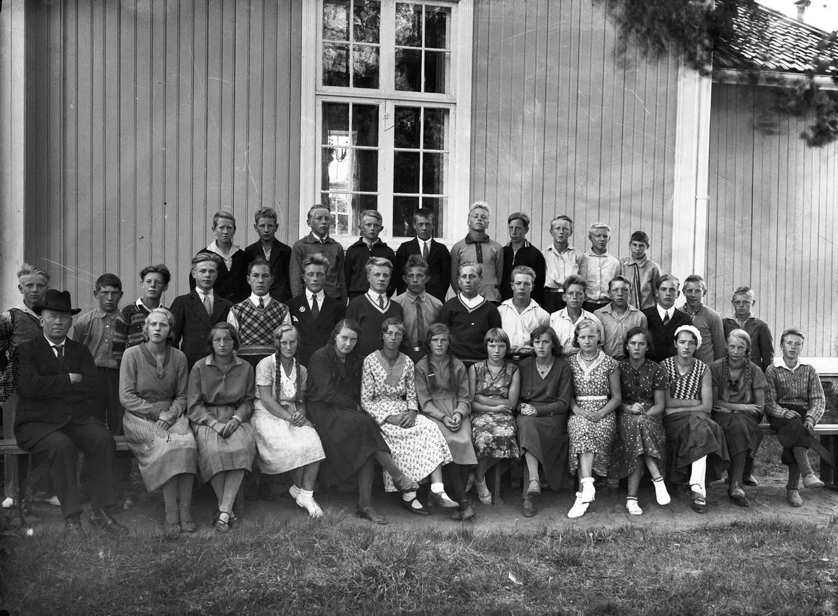 Sogneprest Lie i Hurdal med gruppe konfirmanter