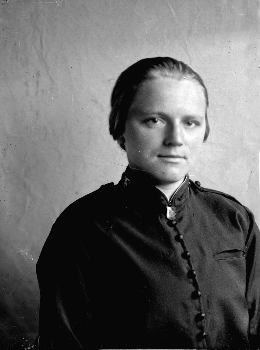 Portrett. Kvinne i uniform fra Frelsesarmeen