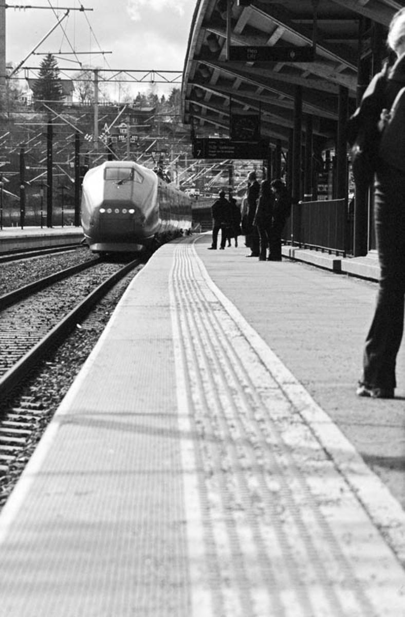 Lillestrøm stasjon, tog, skilt, passasjerer, perong.