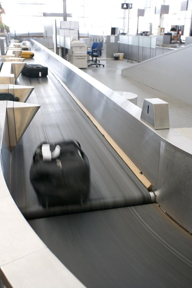 Vesker. Innsjekking. Bagasjebånd med bagasje. Fotodokumentasjon i forbindelse med dokumentasjonsprosjekt - Veskeprosjektet 2006 - ved Akershusmuseet/Ullensaker Museum.