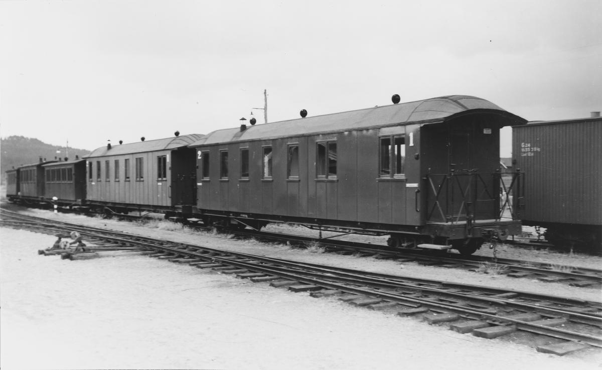 Driftsklare personvogner i spor 2 på Bjørkelangen stasjon. Godsvogn Go24 t.h.