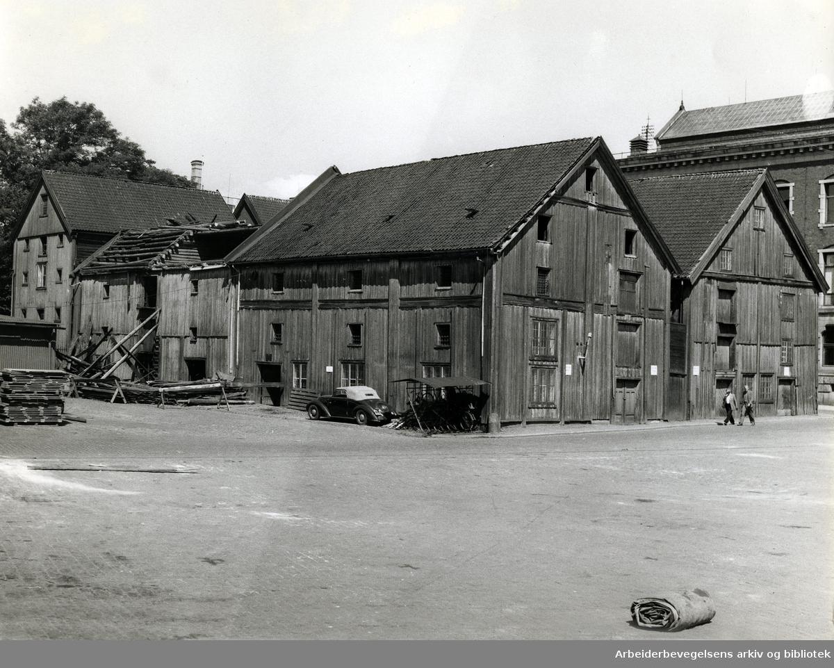 Sjøtollstedet eller Tollbubrygga. .Tidligere kaianlegg øst for Tollboden, mellom Langkaia og Palébrygga,.juli 1958
