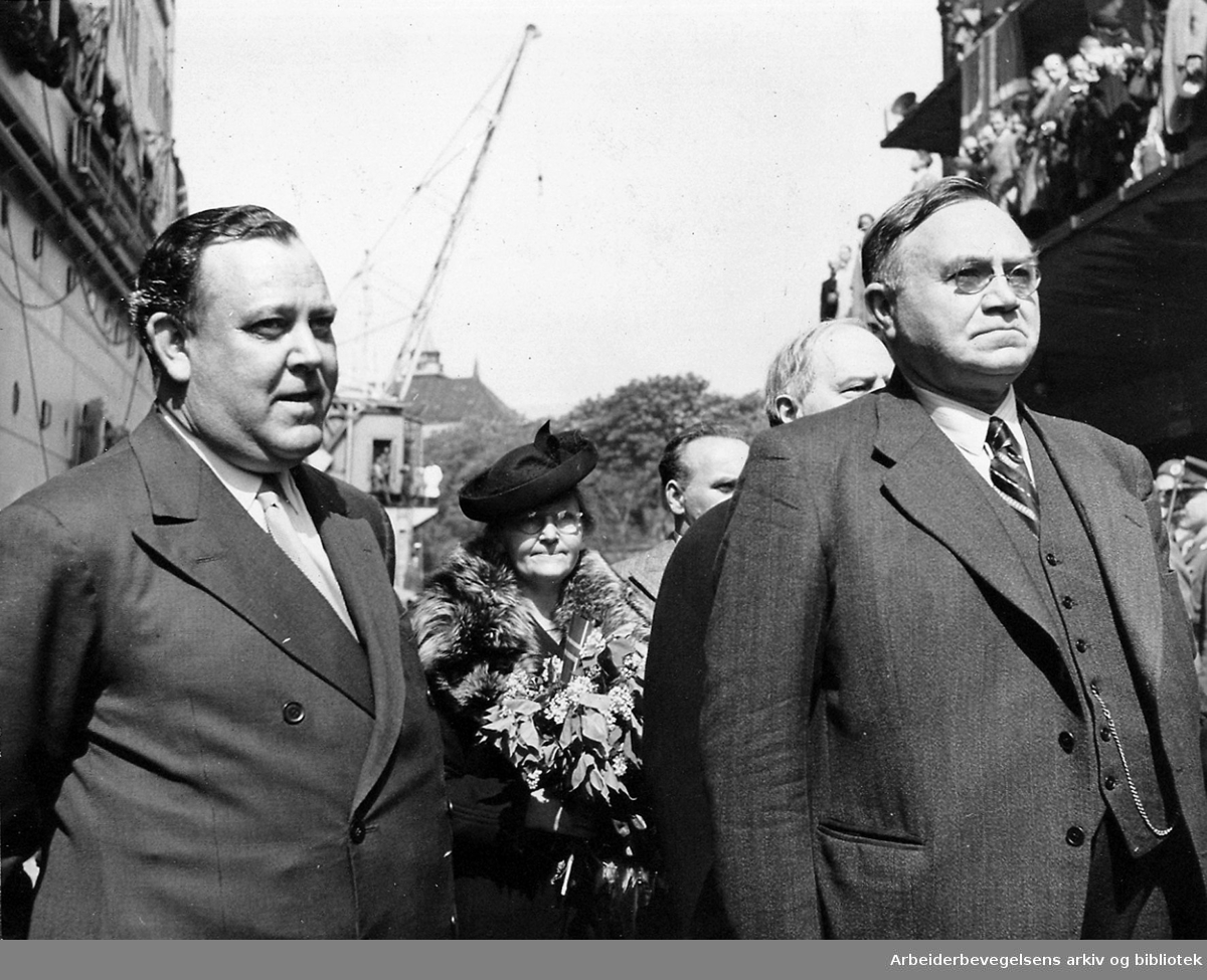 Regjeringen Nygaardsvolds hjemkomst, .31. mai 1945..Fra v.: Trygve Lie, ukjent, C. J. Hambro (halvt skjult), statsminister Johan Nygaardsvold. .