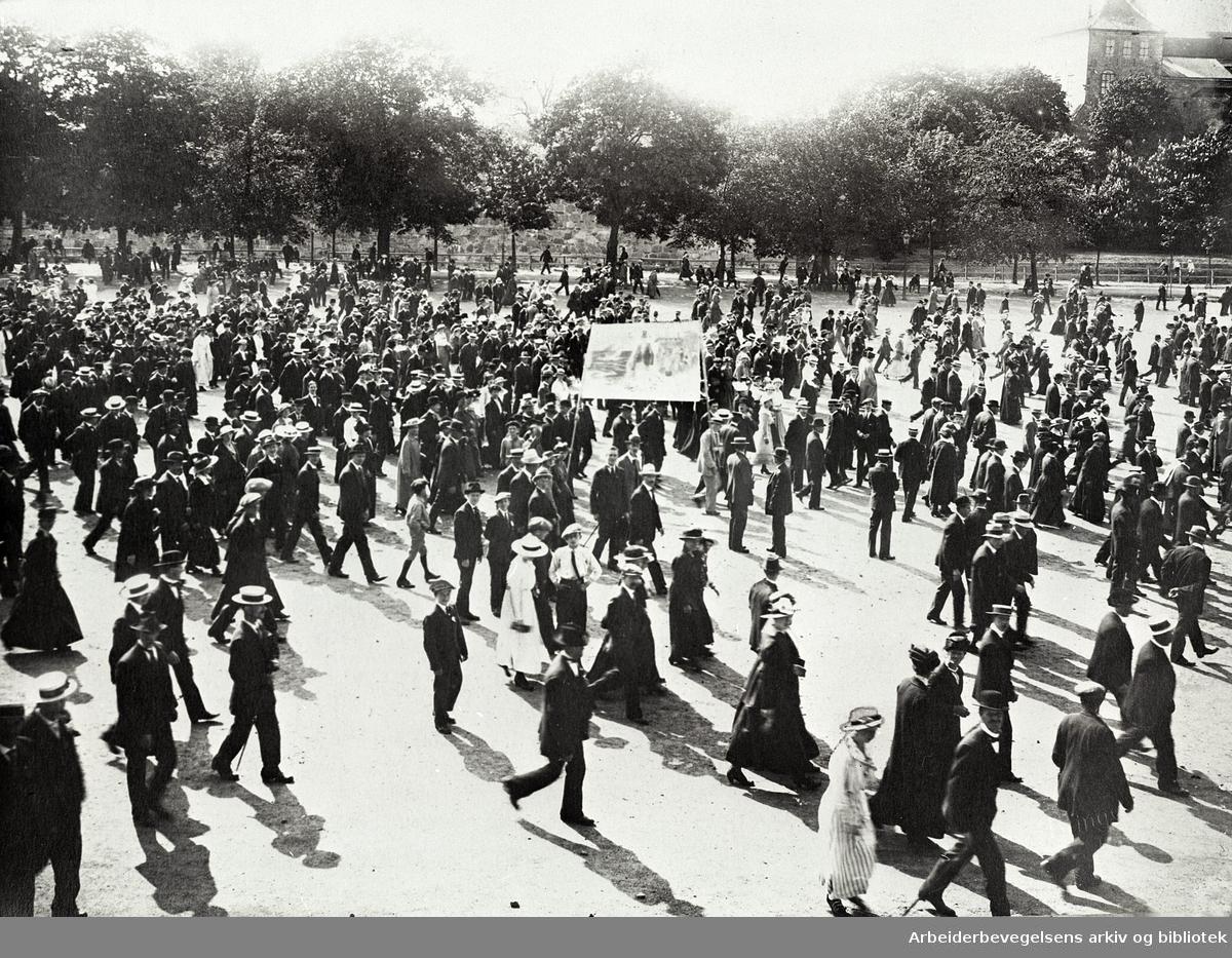 Demonstrasjon mot matmangelen og dyrtiden på Akershus Festning, 6. juni 1917