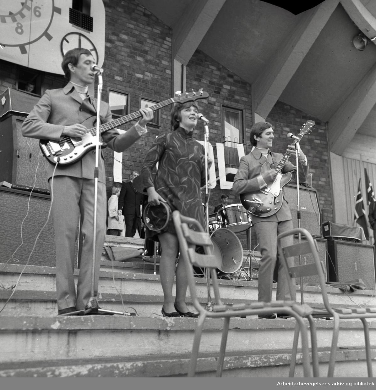 """1. mai 1968 i Oslo.Framfylkingens arrangement på Jordal Amfi..""""Three Hits"""", Fra v.: Leif Strøm, Kari Diesen og Ole Negaard.."""
