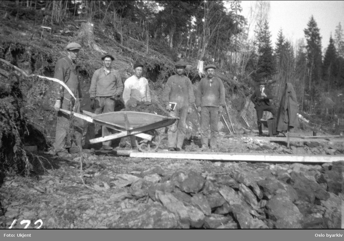 Bildet er tatt under arbeidet med forlengelsen av Lilleakerbanen til Bekkestua og Haslum. Forlengelsen stod ferdig 1924. Arbeidslag 35