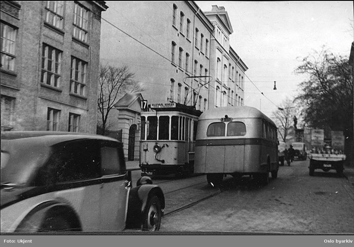"""Oslo Sporveier. Trikk motorvogn type SS nr. 111 linje 17, Sinsen - Ullevål Hageby, her i Trondheimsveien ved daværende Sofienberg barneskole. Trafikkmiljø utenfor sett fra motsatt side av gata. Albumtittel: """"Sofienberg skole femti år - første september 1933."""""""