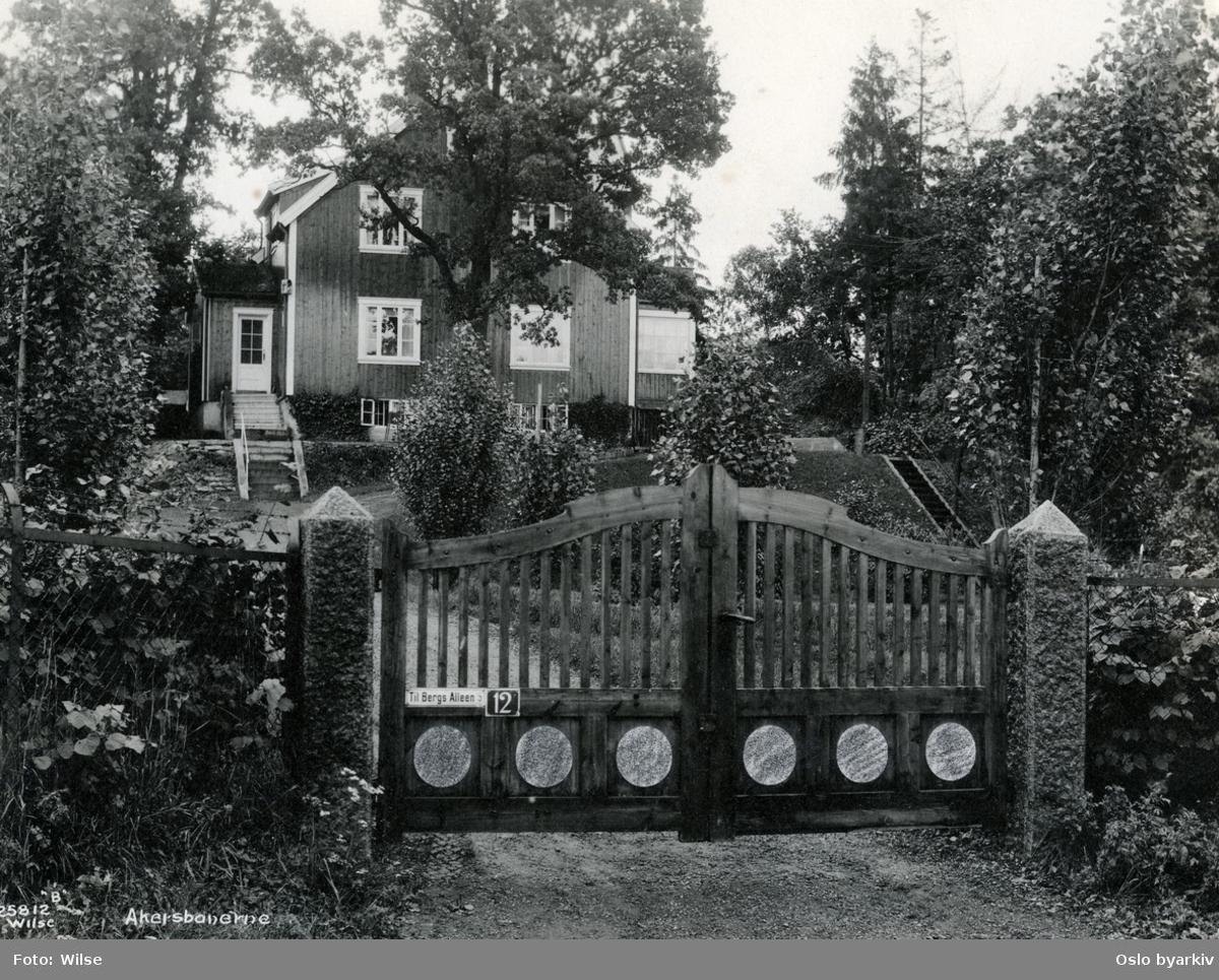 """Villa på Berg? Skilt på porten: """"Til Bergs Alleen"""" 25812 B / Wilse"""