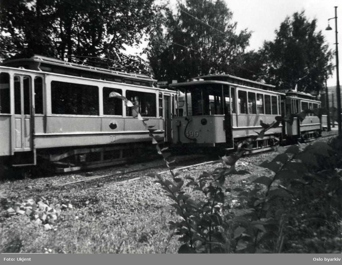 Oslo Sporveier. Trikk motorvogn 77 (tidligere Grønntrikk fra 1913, typen utrangert 1966-68) og tilhengervogn 496 type SS lang fra Skabo ( tilhørende Blåtrikken fra 1913-1924, typen utrangert 1962-68).