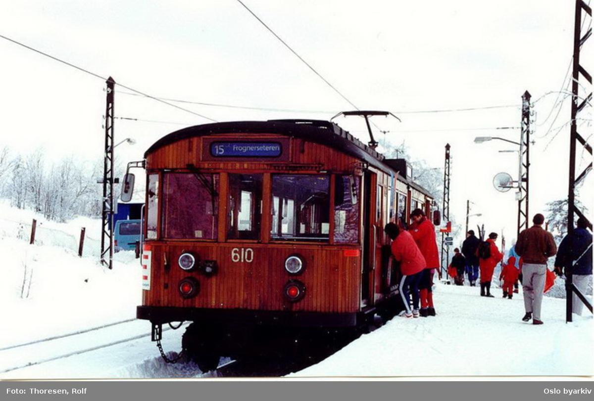 Holmenkollbanen, vogn 610, linje 15 til Frognerseteren losser passasjerer, snø, skiløpere.
