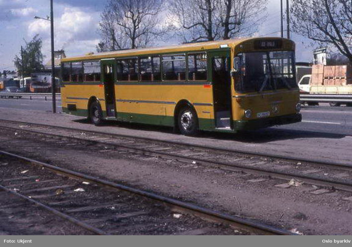 Buss, Ing. M.O. Schøyens Bilcentraler (SBC), ved Dokkveien. Rutebuss til Oslo.